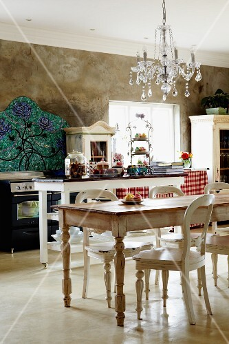 Küche im Landhausstil mit Shabby-Esstisch und Stühlen unter Kronleuchter