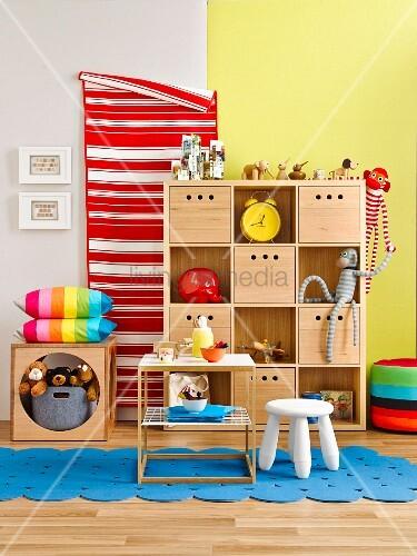 Holzregal mit Schubkisten als Ordnungshüter im farbenfrohen Kinderzimmer