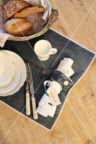 Selbstgenähter Serviettenring & Tischset aus Jeansstoff
