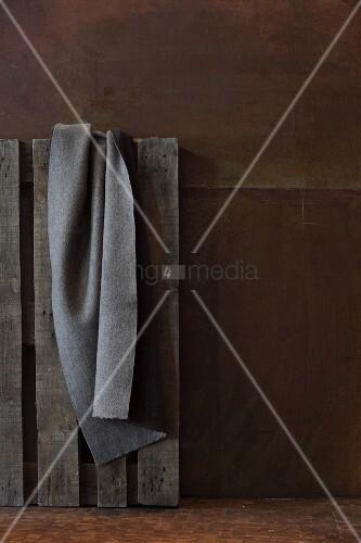 graue filzdecke auf palette geh ngt vor wand aus. Black Bedroom Furniture Sets. Home Design Ideas