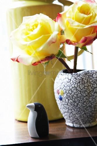 Gelbe Rosen und Pinguinfigur