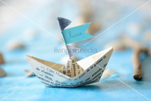 Papierschiffchen mit Namensschild als Platzkärtchen