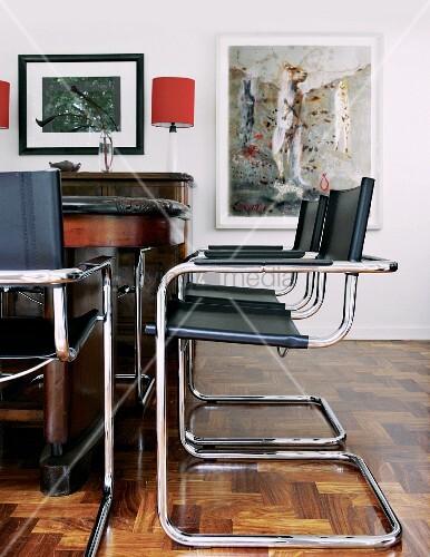 Bauhaus Freischwinger mit schwarzem Lederbezug vor antikem Tisch in traditionellem Wohnzimmer