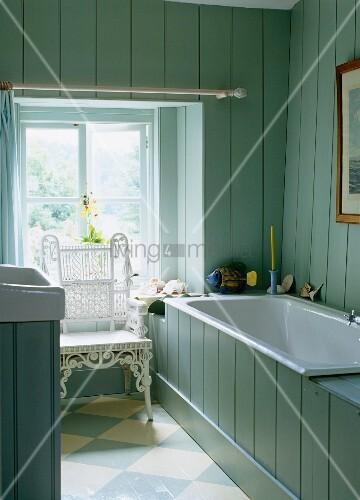 badezimmer im landhausstil mit hellblauen holzget felten w nden badewanne bild kaufen. Black Bedroom Furniture Sets. Home Design Ideas