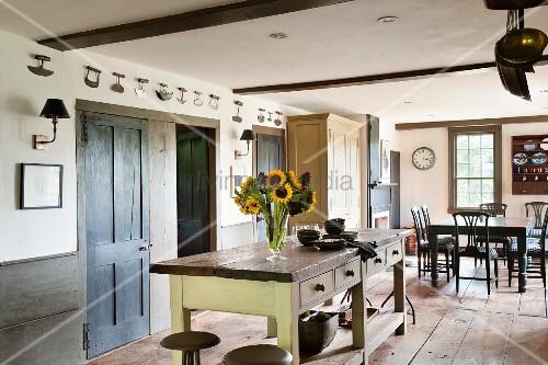 offene wohnk che im landhausstil in restauriertem historischem geb ude bild kaufen living4media. Black Bedroom Furniture Sets. Home Design Ideas