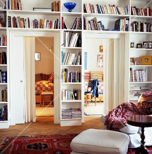 Eingebautes Bücher Wandregal mit Türen und Blick in Nebenzimmern