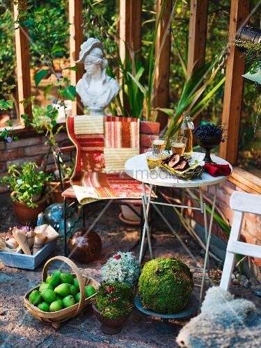 sitzplatz in wintergarten mit birnenkorb deko aus naturmaterialien und frauenb ste im. Black Bedroom Furniture Sets. Home Design Ideas