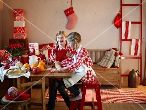 zwei m dchen backen f r weihnachten bild kaufen living4media. Black Bedroom Furniture Sets. Home Design Ideas