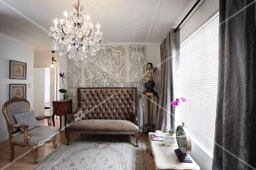 goldener rokoko sessel und gepolsterte sitzbank mit hoher r ckenlehne und kronleuchter im. Black Bedroom Furniture Sets. Home Design Ideas