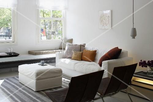 helles wohnzimmer mit langer sitzbank unter dem fenster bequemer couch und schwarzen st hlen. Black Bedroom Furniture Sets. Home Design Ideas