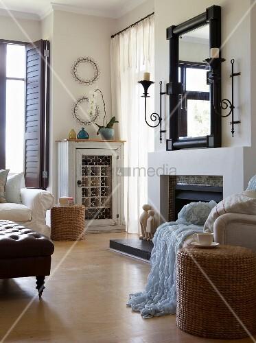 Spiegel Und Kerzenhalter über Dem Offenen Kamin Und Vintage Weinschrank Im  Wohnzimmer Mit Holzboden