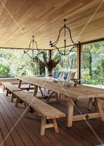 essraum mit rustikalem tisch sitzb nken und einer langen raumhohen glasfront mit blick in den. Black Bedroom Furniture Sets. Home Design Ideas