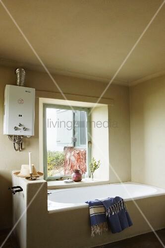 Durchlauferhitzer Badezimmer, helles badezimmer mit quadratischem fenster und einem altmodischen, Design ideen