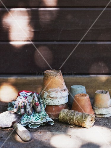 Old flower pots, reel of twine, garden trowel & gloves