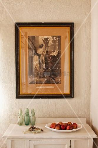 obstschale auf weisser kommode gerahmte alte photographie an der wand in zimmerecke bild. Black Bedroom Furniture Sets. Home Design Ideas