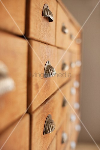 Chest of drawers with shell-shaped brass handles
