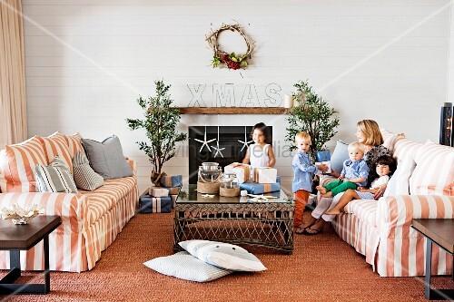 Australisch Familie Interieur : Australische familie feiert weihnachten u gestreifte sofagarnitur