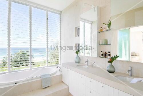 moderne waschzeile mit steinplatte auf weissen unterschr nken stufe vor eingebauter badewanne. Black Bedroom Furniture Sets. Home Design Ideas