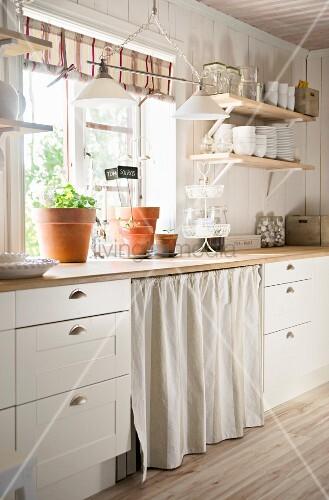 Schwedische landhausküche  Küchenzeile einer weissen Landhausküche vor dem Fenster – Bild ...