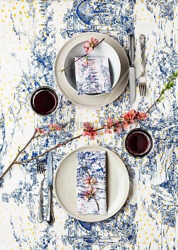 gedeck f r zwei toile de jouy tischdecke und servietten selbst bedruckt mit farbigen punkten. Black Bedroom Furniture Sets. Home Design Ideas
