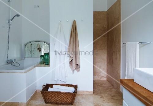 badewanne fliesen wie boden. Black Bedroom Furniture Sets. Home Design Ideas