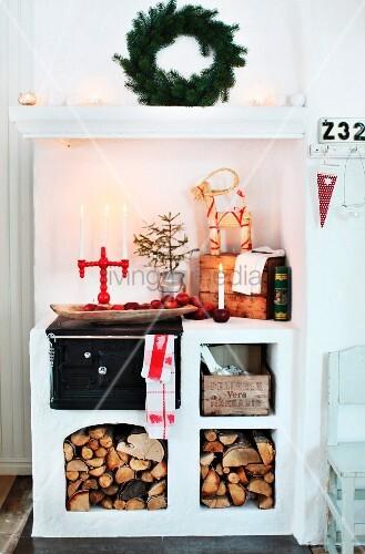 Gemauerter Kaminofen Mit Öffnungen Für Holzlager, Auf Ablage Kerzenständer  Und Weihnachtliche Deko
