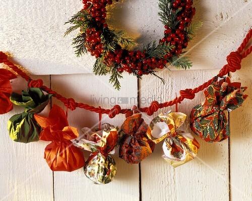 Weihnachtsbastelei: Adventskalender aus bunten Servietten