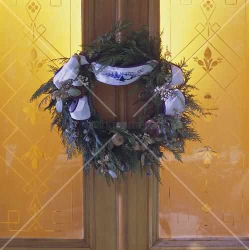 Weihnachtliche Dekoration für die Haustür: Tannenkranz
