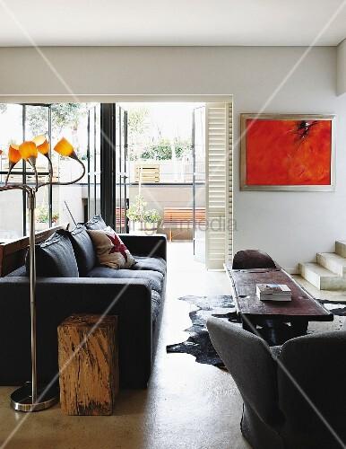 vintage stehleuchte mit kleinen gelben schirmen neben schwarzer polstercouch folkloristischer. Black Bedroom Furniture Sets. Home Design Ideas