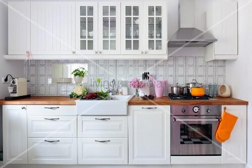 Weisse Landhausküche weisse landhausküche hängeschränke mit sprossentüren über