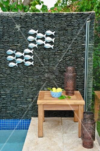 Sichtschutzwand aus gestapelten steinen mit fischmotiven - Sichtschutzwande aus stein ...