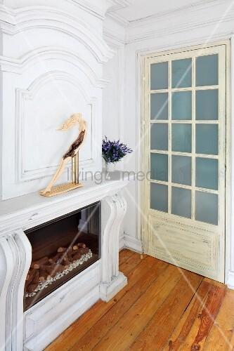 kamin mit massgefertigter verkleidung aus holz weiss lackiert seitlich sprossent r in. Black Bedroom Furniture Sets. Home Design Ideas