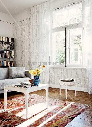 Weisser beistelltisch mit blumenstrauss auf teppich vor fenster mit bodenlangem transparentem - Sofa vor fenster ...