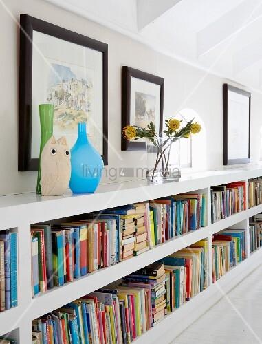 Bücherregal mit Vasen im niedrigen Kniestockbereich als Stauraum