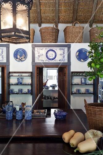 k chentheke gegen ber niedrigerem einbau mit t ren und blau wei en fliesen verziert dar ber. Black Bedroom Furniture Sets. Home Design Ideas