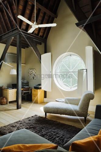 Blick über Sofa Auf Chaiselongue Vor Bullaugen Fenster Mit Innenläden Im  Dachgeschoss