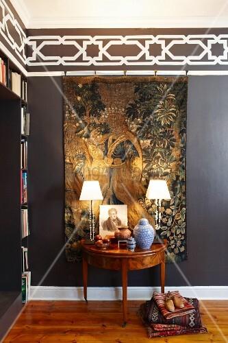 konsolentisch in biedermeier stil mit tischleuchten vor antikem fl mischem wandbehang an. Black Bedroom Furniture Sets. Home Design Ideas