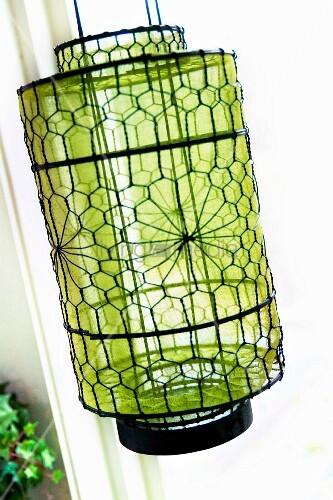 Laterne aus Maschendraht mit Muster, innenseitig grüne, transparente ...