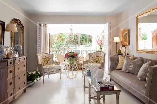 Eleganter wohnraum mit stilm bel schmaler couchtisch und for Schmaler couchtisch