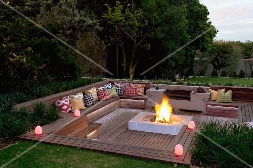 abendstimmung ber elegantem sitzplatz im garten tiefer gelegte holzterrasse mit integrierten. Black Bedroom Furniture Sets. Home Design Ideas