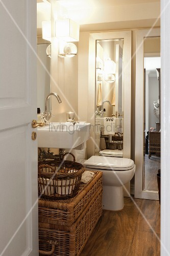 blick durch offene t r ins bad unter bild kaufen 11295557 living4media. Black Bedroom Furniture Sets. Home Design Ideas