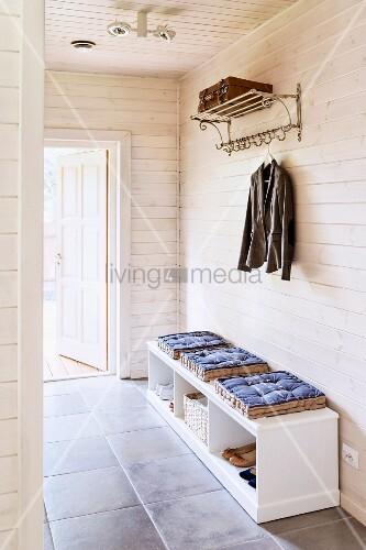 schuhbank mit sitzkissen und metall bild kaufen. Black Bedroom Furniture Sets. Home Design Ideas