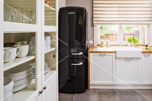 Retro Kühlschrank Ch : Schwarzer retro kühlschrank in landhausküche küchenzeile mit