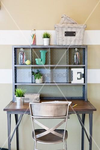 metallstuhl an schreibtisch mit regalaufsatz bild kaufen living4media. Black Bedroom Furniture Sets. Home Design Ideas