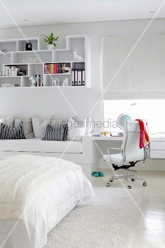Schreibtisch und bettsofa mit dekorativem h ngeregal als for Jugendzimmer aus polen