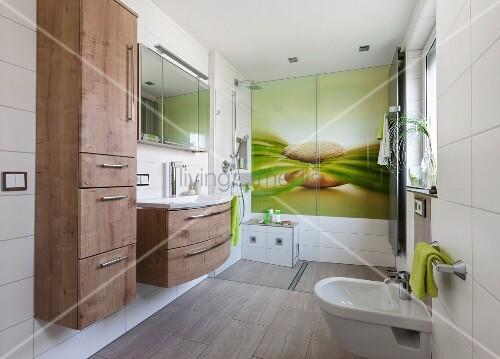 modernes bad mit erfrischendem naturmotiv auf grossformatiger glasplatte an wand im duschbereich. Black Bedroom Furniture Sets. Home Design Ideas