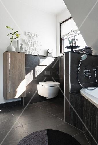 Brüstungswand als Raumteiler zwischen Wanne und Toilettenbereich ...