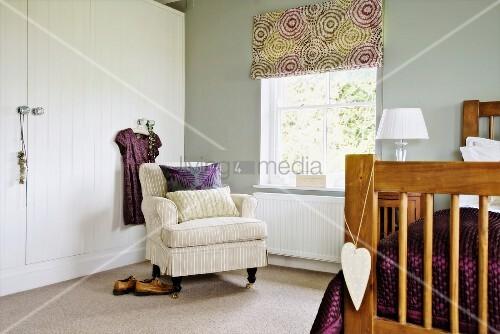 blick ber bett auf polstersessel in bild kaufen. Black Bedroom Furniture Sets. Home Design Ideas