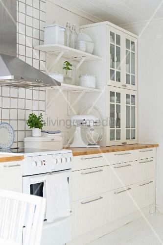 Weisse, skandinavische Küche mit Shabby Deko und modernem Edelstahl ...