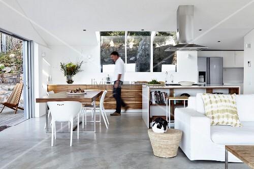 designerk che mit essplatz in offenem wohnraum im vordergrund weisse couch bild kaufen. Black Bedroom Furniture Sets. Home Design Ideas